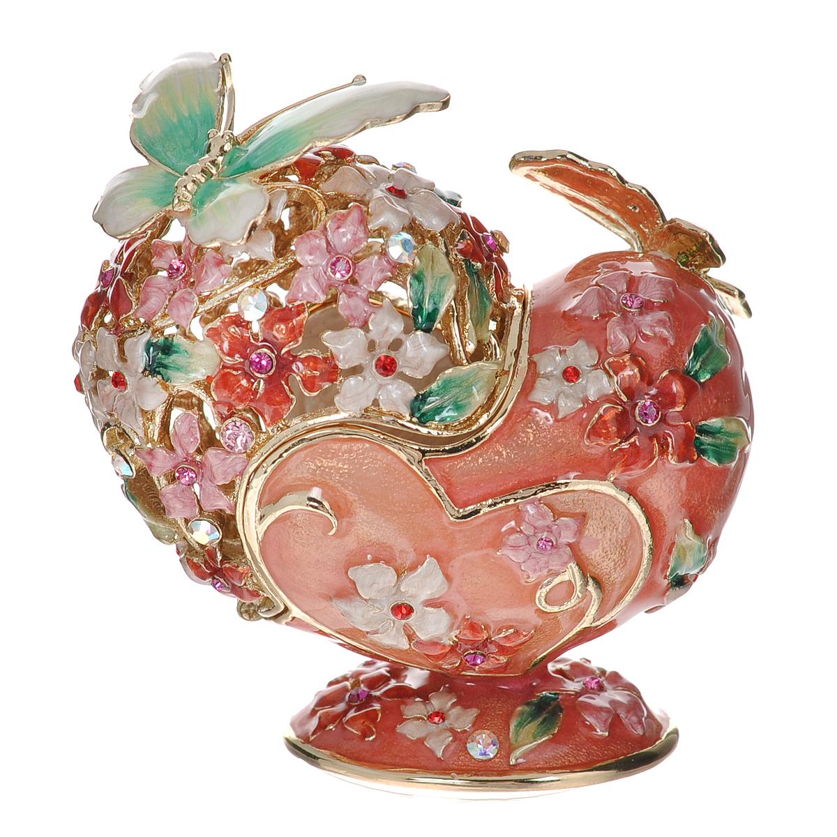 Шкатулка Сердце, цвет: розовый, 6 х 3,5 х 6,5 см 64122RG-D31SШкатулка Сердце изготовлена из металла, покрытого эмалью розового цвета. Крышка оформлена перфорацией в виде разноцветных цветов, украшенных стразами. На магниты крепятся фигурки бабочек зеленого цвета. Закрывается крышка также на магнит. Изящная шкатулка прекрасно подойдет для хранения колец. Такая оригинальная изысканная шкатулка, несомненно, понравится всем любительницам необычных вещиц. Шкатулка упакована в подарочную коробку золотистого цвета, задрапированную бежевой атласной тканью. Характеристики:Материал: металл (сплав олова), стекло. Цвет: розовый. Размер шкатулки (ДхШхВ): 6 см х 3,5 см х 6,5 см. Размер упаковки: 9,5 см х 9 см х 10 см. Артикул: 64122.