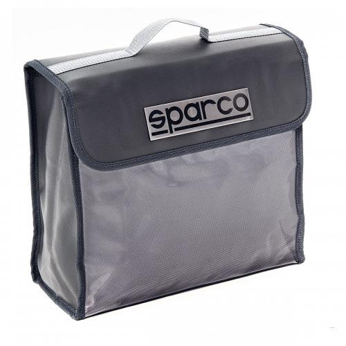 Сумка-органайзер в багажник Sparco, цвет: серый. SPC/ORG-32 GYTEMP-05Сумка-органайзер в багажник Sparco изготовлена из экокожи и прочного, приятного на ощупь полиэстера 1680D. Материалы изделия отличаются высокой стойкостью к механическим повреждениям и не теряют привлекательный внешний вид в течение всего срока эксплуатации. Сумка-органайзер поможет рационально использовать место в багажном отделении, сохраняя при этом его в чистоте и порядке. В ней удобно хранить и перевозить различные инструменты, средства автохимии, аксессуары и прочие предметы. Стильный внешний вид изделия позволяет применять его и вне автомобиля, например, для переноски небольших вещей. Для удобства переноски сумка оснащена ручкой. В багажнике органайзер надежно фиксируется при помощи пришитых к нему полос-липучек. Характеристики: Материал: полиэстер, экокожа. Цвет: серый. Размер сумки-органайзера: 32 см х 28 см х 12,5 см. Размер упаковки: 14 см х 32 см х 28 см. Артикул: SPC/ORG-32 GY.