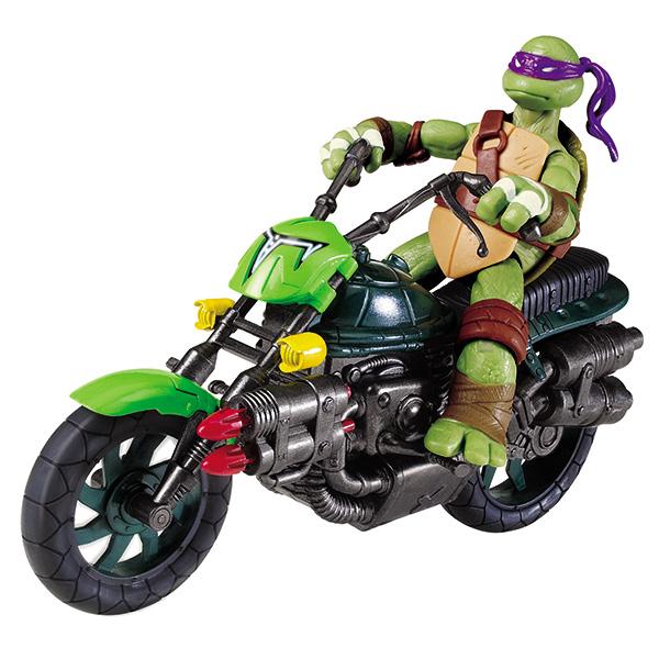 """Боевой байк """"Turtles"""" непременно понравится вашему ребенку и надолго займет его внимание. В комплект входят мотоцикл Черепашек-Ниндзя и две ракеты для запуска. Мотоцикл оснащен ракетной установкой. Достаточно ударить по ним сзади, чтобы они выстрелили. Также мотоцикл снабжен двумя вращающимися колесами, педалями и подставкой для устойчивости. Ваш ребенок с удовольствием будет играть с мотоциклом, придумывая различные истории. Порадуйте его таким замечательным подарком!"""