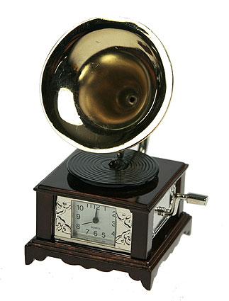 Часы настольные Граммофон. 22414SC - 33AОригинальный дизайн настольных часов Граммофон разработан в классическом стиле, с учетом современных тенденций оформления интерьеров. Выполненные из металлического сплава в виде граммофона, эти часы, несомненно, будут привлекать к себе внимание.Часы с кварцевым механизмом работают плавно и бесшумно и требуют лишь примерно раз в год замены батарейки. На циферблате имеются часовая, минутная и секундная стрелки. Есть возможность подведения стрелок. Такие часы легко впишутся в любой интерьер и станут великолепным подарком! Характеристики:Материал: металл (сплав цинка).Цвет: коричневый, золотой.Размер часов: 4,5 см х 8,5 см х 4,5 см.Размер циферблата: 1,7 см х 1,5 см. Размер упаковки: 10,5 см х 7,5 см х 6,5 см.