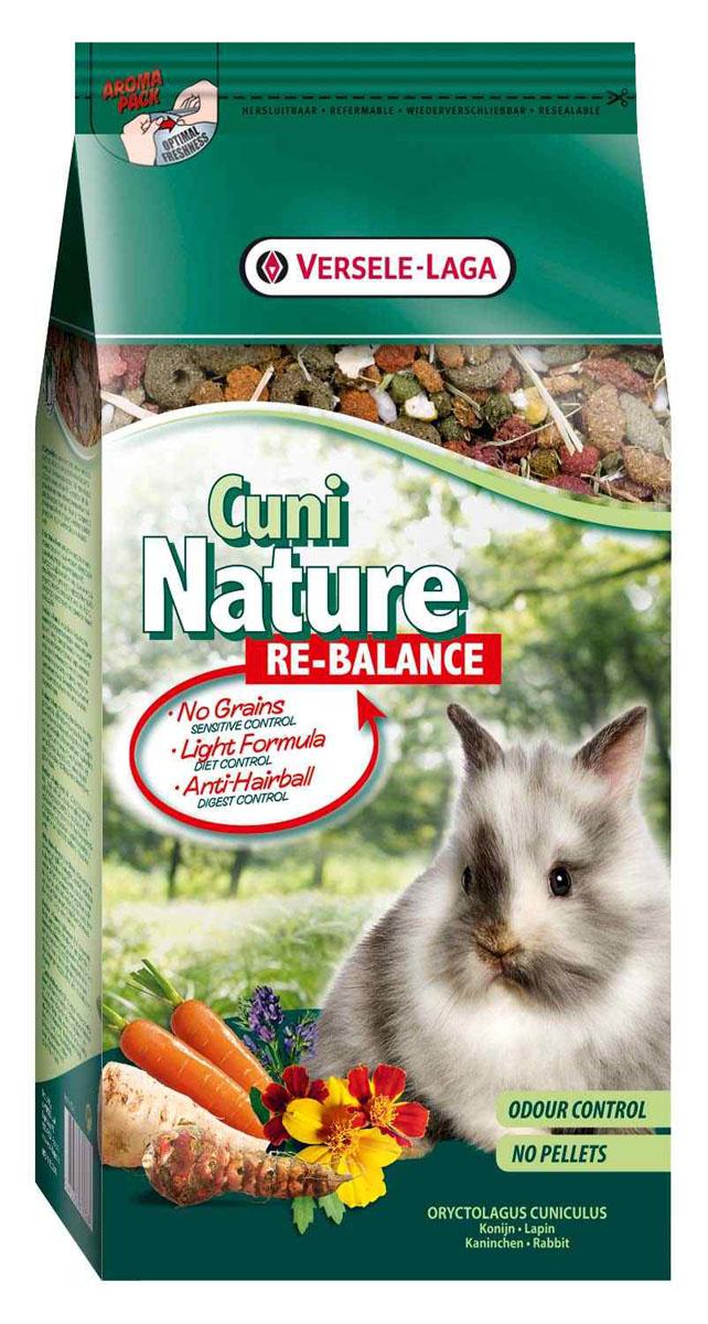 Корм для кроликов Versele-Laga Cuni Nature Re-Balance, облегченный, 700 г24Корм Versele-Laga Cuni Nature Re-Balance - это полноценный основной корм для кроликов и карликовых кроликов, чувствительных к определенным пищевым ингредиентам. Идеален для стареющих кроликов, кроликов с низким уровнем активности и с избыточным весом. Это высококачественная смесь природных компонентов, которая содержит питательные вещества, витамины, минералы и аминокислоты, необходимые для жизнерадостной и здоровой жизни вашего питомца. Облегченная формула корма гарантирует сбалансированное питание, а отсутствие злаков идеально для животных, подверженных аллергиям. Корм Versele-Laga Cuni Nature Re-Balance содержит дополнительное количество клетчатки, трав, овощей, фруктов и добавок, важных для здоровья: обеспечивает превосходное пищеварение, гигиену полости рта, сияющую шерсть и великолепное здоровье. Широкое разнообразие ингредиентов гарантирует превосходный вкус и усваиваемость. Не содержит прессованных гранул! Указания к использованиюВ зависимости от размера, породы и возраста кролика рекомендуемая дневная порция составляет от 50 до 80 грамм. Обеспечивайте вашему питомцу свежий корм и питьевую воду ежедневно. Также предоставьте достаточное количество сена. Состав: продукты растительного происхождения, овощи (8,5%, из которых 27% морковь, 3,5% иерусалимский артишок и 5,5% пастернак), экстракт белков овощного происхождения, минералы, семена (1,5%, из которых 74,5% семя льна), дрожжи, фруктоолигосахариды, травы, календула, морские водоросли, юкка, маннанолигосахариды косточек винограда.Анализ состава: 13,5% белки, 3% жиры, 15% сырая клетчатка, 7% сырая зола, 0,9% кальций 0,6%, фосфор, 0,71% лизин, 0,31% метионин. Добавки на кг: витамин А 15525 МЕ, витамин D3 2000 МЕ, витамин Е 84 мг, витамин С 45 мг, железо 101 мг, йод 2,9 мг, медь 14 мг, марганец 102 мг, цинк 95 мг, селен 0,3 мг, антиоксиданты.Вес: 700 г.Товар сертифицирован.