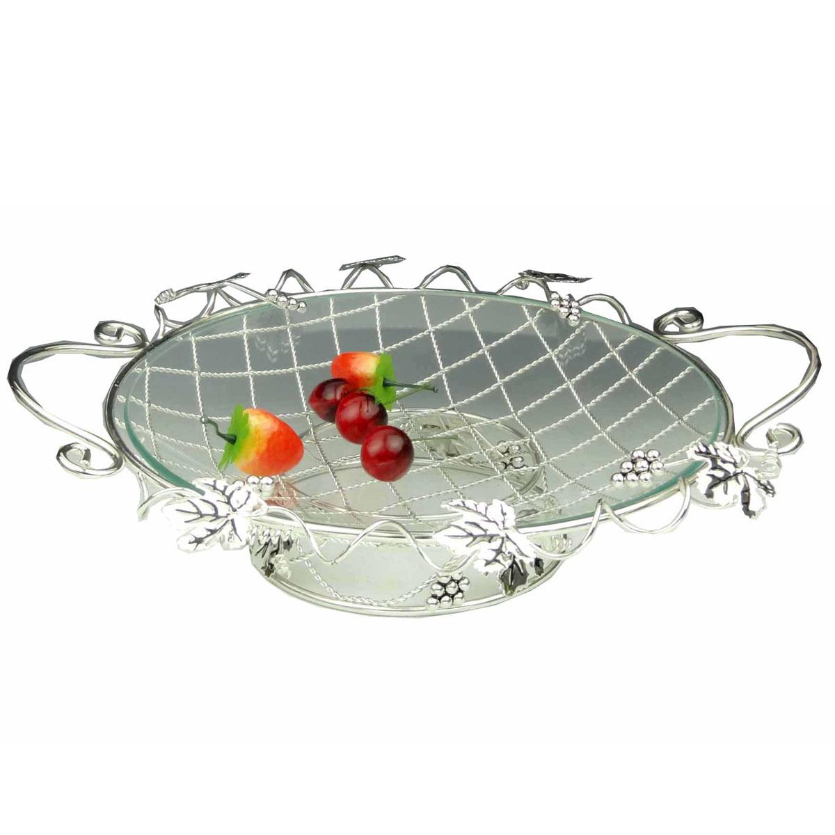 Ваза универсальная Marquis, диаметр 35 смVT-1520(SR)Универсальная ваза Marquis выполнена из стали с серебряно-никелевым покрытием и снабжена съемным круглым поддоном из прочного стекла. Стальная ножка обеспечивает устойчивость вазы. Ваза выполнена в виде плетеной стальной решетки, украшенной листьями и гроздьями винограда. По бокам имеются удобные ручки.Посуда может использоваться как фруктовница.Выполненная под старину, такая ваза придется по вкусу и ценителям классики, и тем, кто предпочитает утонченность и изысканность.Сервировка праздничного стола вазой Marquis станет великолепным украшением любого торжества. Характеристики:Материал: сталь, серебряно-никелевое покрытие, стекло. Диаметр вазы: 35 см. Диаметр вазы с учетом ручек: 40 см. Высота вазы: 9 см. Размер упаковки: 40 см x 38 см x 10 см. Артикул: 7013-MR.