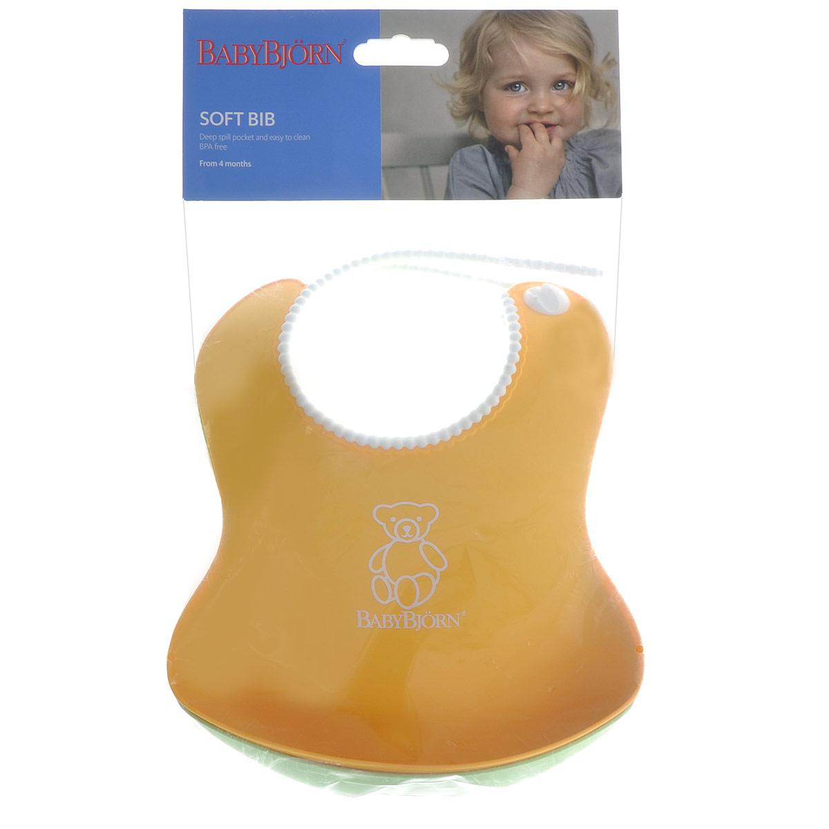 """Комплект нагрудников """"BabyBjorn"""" обязательно пригодится любой мамочке. Оригинальный нагрудник выполнен из мягкого пластика с удобной регулируемой застежкой. Его мягкая горловина не поцарапает шею вашего малыша. Нагрудник оснащен глубоким карманом для улавливания пищи, поэтому, как бы ребенок не крутился, крошки и упавшие кусочки все равно останутся в кармашке. После приема еды нагрудник легко вымыть водой. Комплект включает два нагрудника желтого и зеленого цветов."""