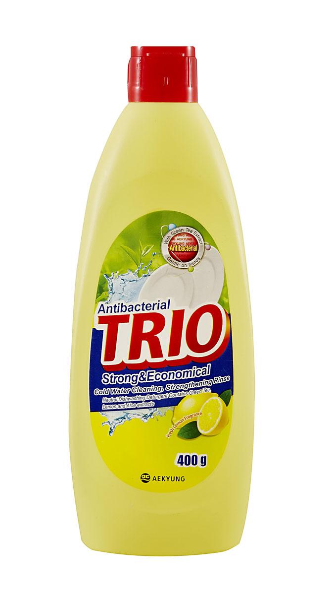 Средство для мытья посуды Trio Антибактериальное, 400 мл790009Средство для мытья посуды Trio Антибактериальное имеет следующие особенности: - нейтральное средство для мытья посуды;- безопасно для кожи рук, содержит экстракт зеленого чая, лимона и алоэ;- подходит для мытья посуды, овощей и фруктов;- легко и эффективно очищает;- обладает запахом свежего лимона.Товар сертифицирован.