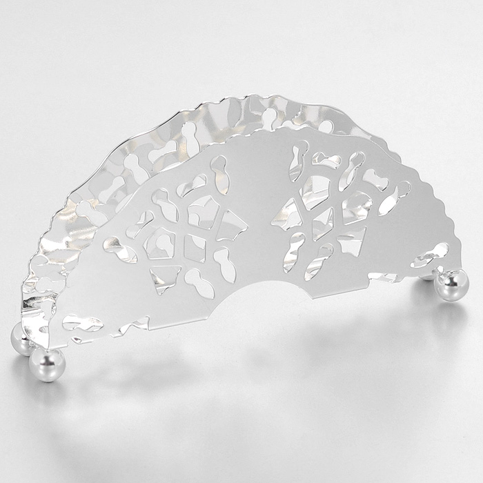 Салфетница Queen Anne115510Салфетница Queen Anne, выполненная из высококачественной стали с серебрением, оформлена оригинальной перфорацией. Такая салфетница станет удобным и незаменимым помощником на вашем обеденном столе.Изделие покрыто устойчивым от потускнения лаком. Изредка мойте в мыльной воде. Не применять средства для чистки серебра - это уничтожит лаковое покрытие. Характеристики:Материал: сталь. Размер салфетницы: 10 см х 4,5 см х 1,7 см. Размер упаковки: 12 см х 6,5 см х 3 см. Изготовитель: Великобритания. Артикул: Ан 0/6867.