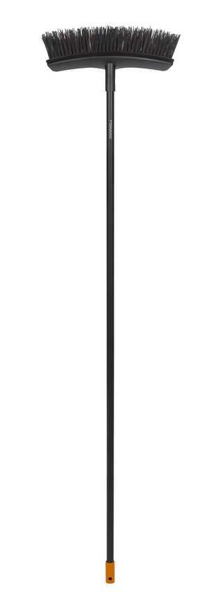 Метла универсальная садовая Fiskars Solid, ширина 38 см, длина 159 см391602Универсальная метла Fiskars Solid подходит для уборки вашего двора от листьев и мусора. Изогнутая форма метлы позволяет одним движением собирать всю грязь без остатка. Удобная форма и легкий вес метлы позволит выполнить осеннюю уборку в считанные мгновенья.Особенности метлы:Подходит для всех задачах по уборке сада круглый годFiskars PowerClean - это комбинации толстой и тонкой щетины для эффективной уборки Характеристики: Материал: металл, пластик. Длина метлы: 1,59 м. Ширина метлы:38 см. Размер упаковки:163 см х 38 см х 11 см.