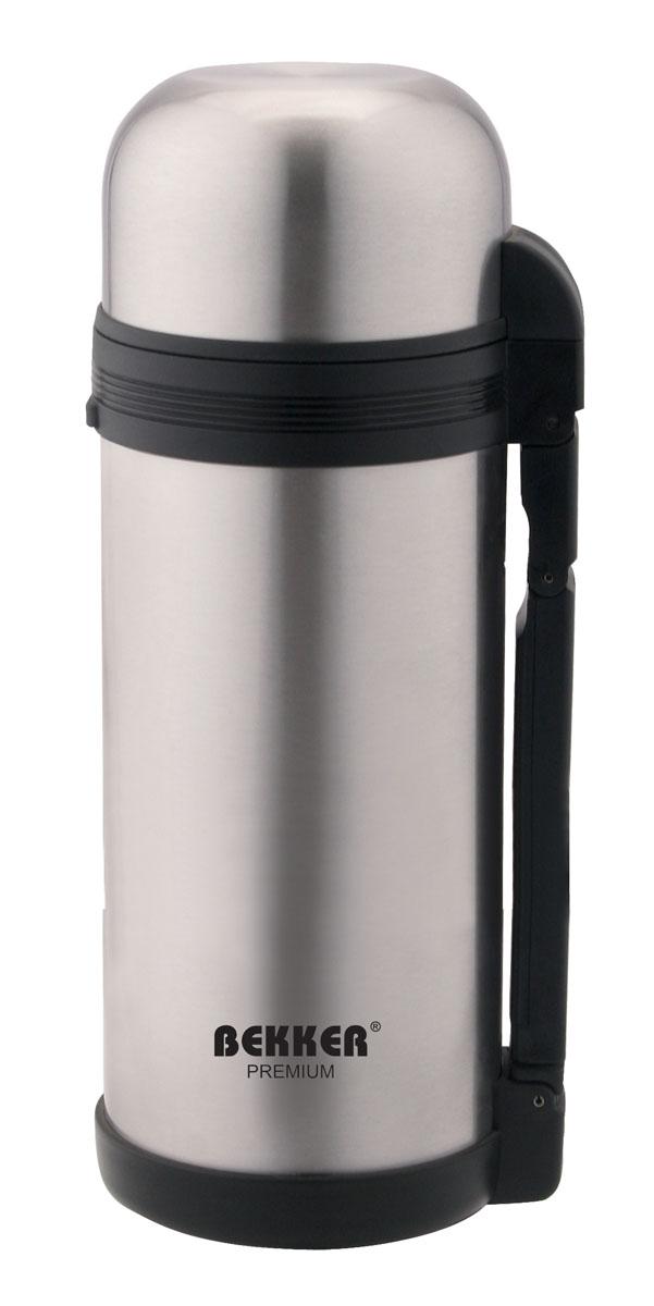 Термос Bekker Premium, с широким горлом, 1,8 лVT-1520(SR)Термос Bekker Premium, предназначенный для хранения напитков, первых и вторых блюд, выполнен из высококачественной нержавеющей стали 18/10. Вакуумная система и двойные стенки термоса обеспечивают длительное сохранение температуры содержимого (термос поддерживает температуру: 6 часов - 76°С, 12 часов - 64°С, 24 часа - 49°С). Винтовая пластиковая пробка не позволит жидкости разлиться. Термос оснащен дополнительной пластиковой чашкой белого цвета. Удобная ручка термоса позволяет комфортно переносить его, в комплект также входит регулируемый по длине текстильный ремень. Крышка завинчивается. Не подходит для использования в посудомоечной машине. Характеристики:Материал:пластик, нержавеющая сталь. Объем термоса:1,8 л. Размер термоса (В х Ш х Д):35 см х 11 см х 11 см. Размер упаковки:35,5 см х 11 см х 12 см. Артикул:BK-4105.