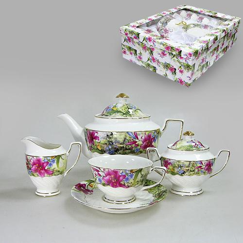 Набор чайный Цветущая лилия, 15 предметов115510Чайный набор Цветущая лилия состоит из сахарницы, молочника, 6 блюдец, 6 чашек и чайника. Предметы набора изготовлены из высококачественного фарфора и оформленны золотистой каймой и изображением ярких цветов лилии. Такой чайный набор не оставит равнодушной не одну хозяйку или станет прекрасным подарком.Чайный набор Цветущая лилия упакован в подарочную коробку, задрапированную белой атласной тканью. Характеристики:Материал:фарфор. Высота сахарницы (с крышкой): 11 см. Объем сахарницы: 200 мл. Размер молочника: 11 см х 7 см х 10 см. Размер чайника (с ручкой, носиком и крышкой): 26,5 см х 15,5 см 17 см. Объем чайника: 1250 мл. Диаметр блюдца: 15,5 см. Диаметр кружки по верхнему краю: 10,5 см. Диаметр основания кружки: 5 см. Высота кружки: 6,5 см. Размер упаковки: 49 см х 37 см х 15,5 см. Изготовитель: Китай. Артикул: 543-071.