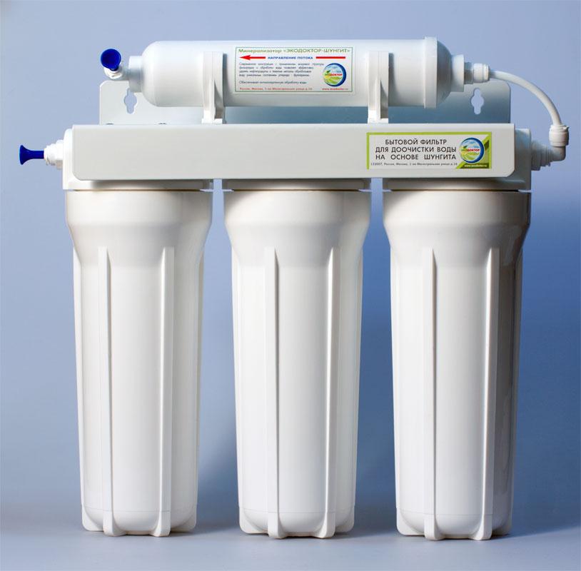 Фильтр для воды ЭкоДоктор Эконом-3Р133Р00Фильтр для воды ЭкоДоктор Эконом-3 - система очистки воды под кухонную мойку. Устраняет механические загрязнения (ржавчину, песок, примеси), органические загрязнения, хлор, умягчает воду, заменяя ионы кальция и магния на ионы натрия, улучшает вкус и удаляет запах воды.В зависимости от вида загрязнений возможно использование комбинаций механических, специализированных и угольных картриджей. Система проточная, поэтому очищенная вода сразу же выводится на дополнительный кран, входящий в комплект фильтра. Напор очищенной воды не требует накопительных емкостей, что значительно сэкономит место под раковиной. Фильтр оснащен фильтрующим шунгитовым элементом.В комплект входят соединительные элементы, краник и ключ. Колбы матовые из высококачественного полипропилена, произведены в России. Характеристики: Размер корпусов: 10 Slim Line. Тип подсоединения: John Guest. Температура воды на входе: от 1°С до40°С. Рабочее давление: от 0,05 до 0,6 Мпа (от 0,5 до 6 атм). Скорость фильтрации:: 2 л/мин. Размер упаковки: 42 см х 16 см х 41 см.