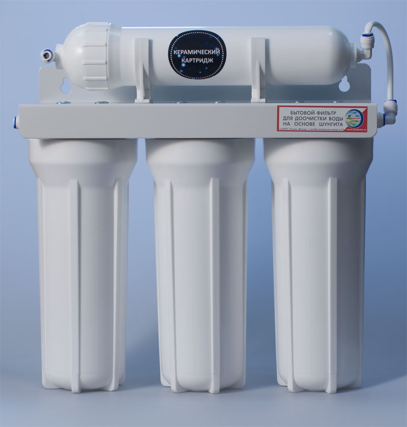 Фильтр для воды ЭкоДоктор Эконом-3 (плюс)2555Экодоктор Эконом-3 (плюс) - система очистки воды под кухонную мойку. Устраняет механические загрязнения (ржавчину, песок, примеси), органические загрязнения, хлор, некоторые бактерии и вирусы более 0,3 микрона. Умягчает воду, заменяя ионы кальция и магния на ионы натрия, улучшает вкус и удаляет запах воды. В зависимости от вида загрязнений возможно использование комбинаций механических, специализированных и угольных картриджей. Система проточная, поэтому очищенная вода сразу же выводится на дополнительный кран, входящий в комплект фильтра. Напор очищенной воды не требует накопительных емкостей, что значительно сэкономит место под раковиной. В комплект входят соединительные элементы, краник и ключ. Колбы матовые из высококачественного полипропилена, произведены в России.Характеристики: Размер корпусов: 10 Slim Line. Тип подсоединения: John Guest. Температура воды на входе: от 2°С до40°С. Рабочее давление: от 0,05 до 0,6 Мпа (от 0,5 до 6 атм). Скорость фильтрации:: 2 л/мин. Размер упаковки: 43 см х 15,5 см х 54 см.