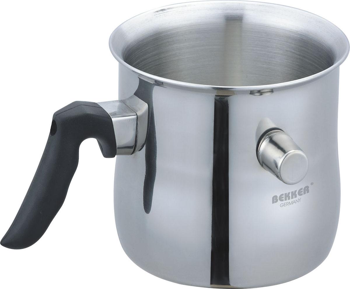 Молоковарка Bekker Premium, цвет: зеркальная сталь, 1,5 л94672Молоковарка со свистком Bekker изготовлена из высококачественной нержавеющей стали. Удобная ручка, выполненная из бакелита, надежно крепится к корпусу. Особенностью молоковарки является то, что у нее двойная стенка. Между стенками заливается вода и получается эффект водяной бани. Содержимое молоковарки не кипит, поэтому все продукты, в том числе и молоко, в ней можно готовить при закрытой крышке и не волноваться, что содержимое выльется наружу.Ничего в ней не подгорает и не прижаривается, поэтому после использования ее не надо отскребать металлической мочалкой или современными моющими средствами. Стенка молоковарки оснащена небольшим носиком, на который одевается пробка со свистком.Молоковарка подходит для газовых, электрических, стеклокерамических и галогенных плит, а также ее можно мыть в посудомоечной машине. Характеристики:Материал: нержавеющая сталь, пластик. Диаметр по верхнему краю:15 см. Высота стенки:13 см. Объем:1,5 л. Размер упаковки:18 см х 18 см х 14,5 см. Артикул: BK-902.