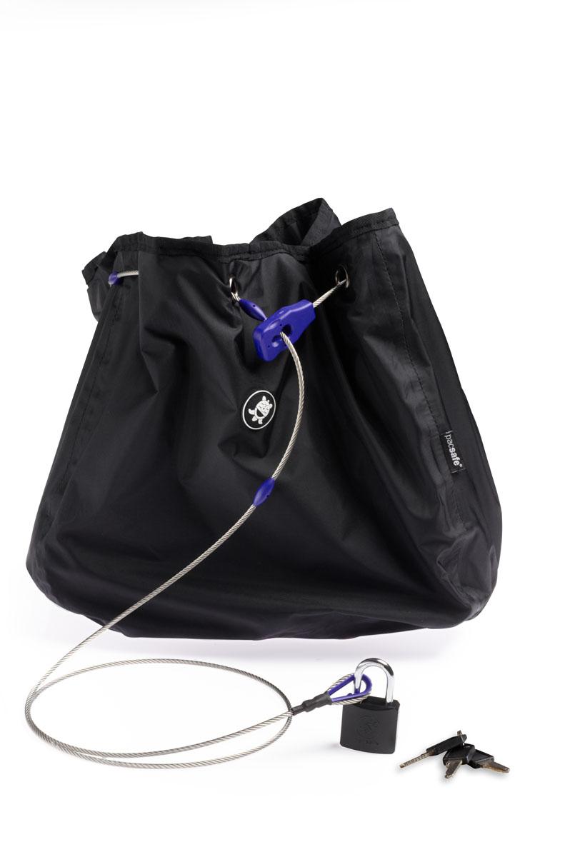 Сумка с тросом PacSafe C25L Stealth, цвет: черный6415Чехол с водостойким покрытием, обеспечивает сохранность ваших вещей. Предусмотрена защита от перерезания и приспособления для крепления к неподвижным предметам.Как и изделия оригинальной запатентованной серии pacsafe, эти чехлы рассчитаны на сумки объемом 25 литров. При этом уменьшенный проем позволяет надежно защитить вещи от воров. Характеристики:Материал: 210D нейлон, нержавеющая сталь. Размер сумки: 27 см x 24 см x 29 см. Цвет: черный. Размер упаковки: 22 см х 10 см х 10 см. Артикул: PD102BK.