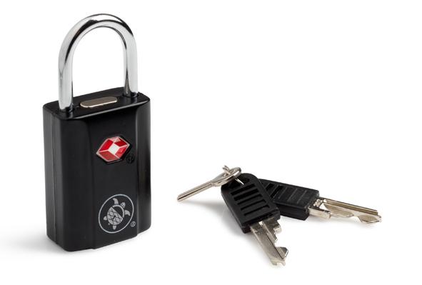 Замок навесной PacSafe Prosafe 650, цвет: черныйMABLSEH10001Навесной замок PacSafe Prosafe 650 служит для защиты багажа. Он имеет малые габариты, благодаря чему его можно крепить на любые типы молний. Прочный пластиковый корпус и дужка из металла обеспечивают долговечность. Дизайн замка подойдет к любому багажу.Имеет личину под специальный ключ, который находится у таможни и службы безопасности. Благодаря такой личине, при досмотре ваш багаж аккуратно вскрывают, а не взламывают.Поставляется с двумя комплектами ключей. Характеристики:Материал:цинк, пластик, металл. Размер замка:3,5 см x 2,5 см x 1,6 см. Длина дужки:2,2 см. Размер упаковки:15,5 см x 11 см x 2 см.