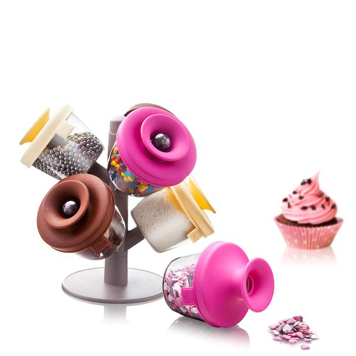 Набор емкостей VacuVin PopSome Cake Decorating Set, для хранения декоров для десертов, 6 предметовVT-1520(SR)Набор емкостей VacuVin PopSome Cake Decorating Set - практичный способ для хранения и использованияразличныхвидов декорирования (топпингов) Ваших десертов. Цветные крышки сзапатентованнойсистемой Оксилок специально разработаны для герметичного хранения.Если Вы хотите использовать Ваш любимый топпинг, просто откройте крышку и высыпьте содержимое на рукуили надесерт. Удобный стенд позволяет установить до девяти дозаторов.Характеристики: Материал:пластик, резина. Высота емкости (без учета крышки):6,5 см. Диаметр емкости:8 см. Размер упаковки:24 см х 22 см х 10 см.