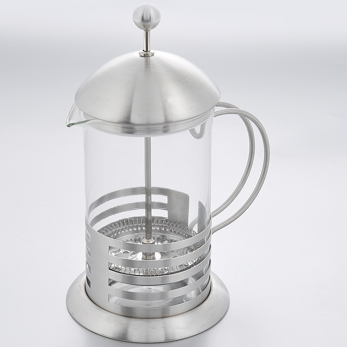 Кофейник френч-пресс Hans & Gretchen, 0,6 л. 14YS-8034VT-1520(SR)Кофейник френч-пресс Hans & Gretchen изготовлен из экологически чистых и безопасных материалов. Колба выполнена из прочного термостойкого стекла, выдерживающего температуру до 100°С. Пластиковые детали цвета металлик изготовлены из прочного нетоксичного материала. Френч-пресс можно использовать для приготовления как кофе, так и чая. Настоянный в таком чайнике напиток получается заваристым и ароматным. Рекомендации по использованию: - не используйте посуду в случае появления трещин, - не используйте в СВЧ, - можно мыть в посудомоечной машине, - не для использования на любых типах плит. Характеристики: Материал: пластик, стекло. Объем: 0,6 л. Диаметр основания: 11 см. Диаметр по верхнему краю: 9 см. Высота (с учетом крышки): 19 см. Размер упаковки: 15 см х 11 см х 20 см. Артикул: 14YS-8034.