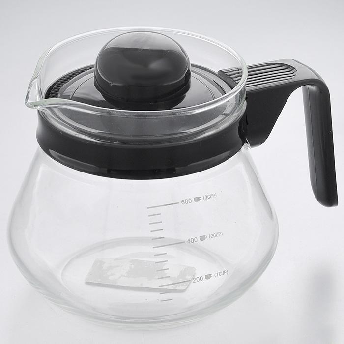 Чайник заварочный Hans & Gretchen, с мерной шкалой, 0,6 л. 14YS-8203VT-1520(SR)Заварочный чайник Hans & Gretchen изготовлен из экологически чистых и безопасных материалов. Колба выполнена из прочного термостойкого стекла Pyrex, выдерживающего температуру до 150°С. Пластиковые детали черного цвета изготовлены из прочного нетоксичного материала. Боковые стенки чайника имеют отметки литража в миллилитрах и количестве чашек. Крышка оснащена решеткой, благодаря которой чайные листья не попадут в чашку. Удобная ручка не нагревается в процессе эксплуатации.Чайник используется для приготовления чая. Простой и удобный прибор поможет вам приготовить крепкий, ароматный чай. Рекомендации по использованию: - не используйте посуду в случае появления трещин, - не используйте в СВЧ, - можно мыть в посудомоечной машине. Характеристики: Материал: пластик, стекло. Объем: 0,6 л. Диаметр по верхнему краю: 9,5 см. Высота (без учета крышки): 11,5 см. Размер упаковки: 15,5 см х 13 см х 12,5 см. Артикул: 14YS-8203.