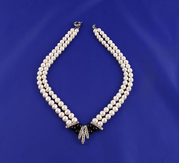 Ожерелье Принцесса. Металл, искусственный жемчуг, австрийские кристаллы, бусины. Конец XX векаБусы-ниткаОжерелье Принцесса.Металл, искусственный жемчуг, австрийские кристаллы, бусины.Западная Европа, конец XX века.Длина 48 см, ширина 3 см.Сохранность хорошая. Ожерелье представлено преимущественно в белом оттенке.Жемчужины составляют основу этого изделия.Чёрные изделия - это изюминка центральной части аксессуара, инкрустированной также австрийскими кристаллами.Изысканное ожерелье для истинных леди!