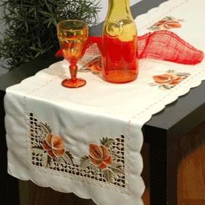 Дорожка для декорирования стола Schaefer, прямоугольная, цвет: кремовый, 40 x 140 см 05522-2111со6456Дорожка Schaefer выполнена из высококачественного полиэстера кремового цвета и украшена вышивкой в стиле ришелье и фестонами по краю. Вы можете использовать дорожку для декорирования стола, комода или журнального столика.Благодаря такой дорожке вы защитите поверхность мебели от воды, пятен и механических воздействий, а также создадите атмосферу уюта и домашнего тепла в интерьере вашей квартиры. Изделия из искусственных волокон легко стирать: они не мнутся, не садятся и быстро сохнут, они более долговечны, чем изделия из натуральных волокон. Характеристики:Материал: 100% полиэстер. Размер: 40 см х 140 см. Цвет: кремовый. Немецкая компания Schaefer создана в 1921 году. На протяжении всего времени существования она создаетуникальные коллекции домашнего текстиля для гостиных, спален, кухонь и ванных комнат. Дизайнерские идеи немецких художников компании Schaefer воплощаются в текстильных изделиях, которыесделают ваш дом красивее и уютнее и не останутся незамеченными вашими гостями. Дарите себе и близкимкрасоту каждый день!