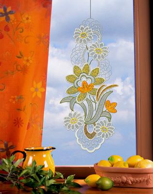 Подвеска на окно Schaefer Белые цветы, 20 х 45 см 05905-390ФШГБ001-09369Оригинальное украшение для Вашего окна Schaefer выполнено из 100 % полиэстера в виде цветочков. Подвеска на окно будет радовать и Вас и прохожих проходящих по Вашей улице. Характеристики: Материал: 100% полиэстер. Размер подвески: 20 см х 45 см. Производитель: Германия.