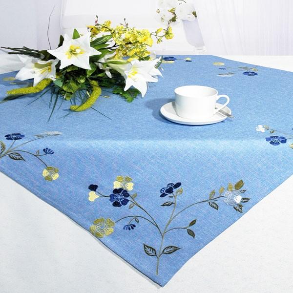 Скатерть Schaefer, квадратная, цвет: голубой, 85x 85 см. 07244-1001004900000360Квадратная скатерть Schaefer выполнена из полиэстера голубого цвета и оформлена вышитыми шелком васильками. Очень яркая и красивая скатерть идеально впишется в интерьер комнаты и будет ее украшением.Изделия из полиэстера легко стирать: они не мнутся, не садятся и быстро сохнут, они более долговечны, чем изделия из натуральных волокон. Характеристики:Материал: 100% полиэстер. Цвет: голубой. Размер скатерти:85 см х 85 см.Немецкая компания Schaefer создана в 1921 году. На протяжении всего времени существования она создает уникальные коллекции домашнего текстиля для гостиных, спален, кухонь и ванных комнат. Дизайнерские идеи немецких художников компании Schaefer воплощаются в текстильных изделиях, которые сделают ваш дом красивее и уютнее и не останутся незамеченными вашими гостями. Дарите себе и близким красоту каждый день!