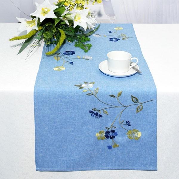 Дорожка для декорирования стола Schaefer, прямоугольная, цвет: синий, 40 x 140 см 07244-211VT-1520(SR)Дорожка Schaefer выполнена из высококачественного полиэстера синего цвета и украшена вышивкой в виде васильков. Вы можете использовать дорожку для декорирования стола, комода или журнального столика.Благодаря такой дорожке вы защитите поверхность мебели от воды, пятен и механических воздействий, а также создадите атмосферу уюта и домашнего тепла в интерьере вашей квартиры. Изделия из искусственных волокон легко стирать: они не мнутся, не садятся и быстро сохнут, они более долговечны, чем изделия из натуральных волокон. Характеристики:Материал: 100% полиэстер. Размер: 40 см х 140 см. Цвет: синий. Немецкая компания Schaefer создана в 1921 году. На протяжении всего времени существования она создаетуникальные коллекции домашнего текстиля для гостиных, спален, кухонь и ванных комнат. Дизайнерские идеи немецких художников компании Schaefer воплощаются в текстильных изделиях, которыесделают ваш дом красивее и уютнее и не останутся незамеченными вашими гостями. Дарите себе и близкимкрасоту каждый день!