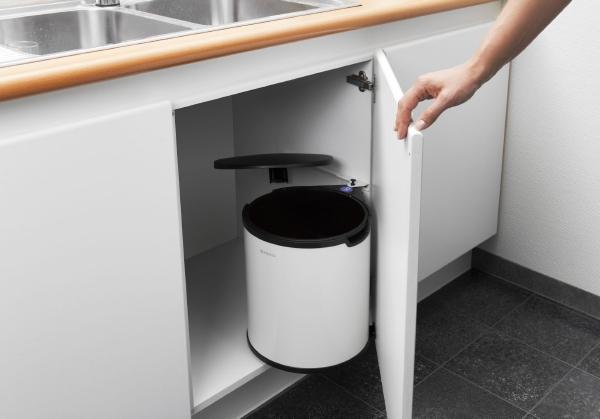 Ведро для мусора Brabantia, встраиваемое, цвет: белый, 15 л. 42808120192Ведро для мусора Brabantia изготовлено из полированной стали с пластиковой крышкой, благодаря чему не подвержено коррозии. Съемное пластиковое ведро с ручкой легко содержать в чистоте. Ведро встраивается внутрь шкафа. Благодаря компактному дизайну оно легко впишется практически в любой кухонный шкаф. Механизм закрепляется на внутренней части шкафа. Подходит для дверей открывающихся влево и вправо. Фурнитура для монтажа в комплекте. Крышка открывается и закрывается автоматически при открытии/закрытии двери шкафа. В комплект входят мусорные мешки для ведра.