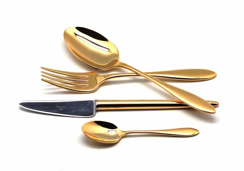 Набор столовых приборов Cutipol Van der Rone Gold, 24 предметаVT-1520(SR)9211 VAN DER ROHE GOLD Набор 24 пр. Характеристики: Материал: сталь.Размер: 405*295*65мм.Артикул: 9211.