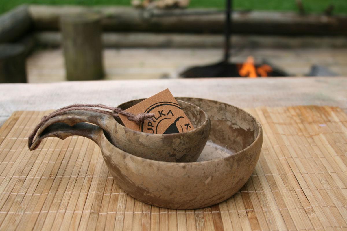 Набор посуды Kupilka, цвет: коричневый, 2 предмета. KUP21551406YGBНабор Kupilka, изготовленный из биоматериала, состоит из миски и чашки. Этот материал представляет собой термопластичный природный волокнистый композит, который состоит из 50% древесины (сосновое волокно) и 50% пластика.Набор понравится людям, ведущим активный образ жизни, заядлым туристам и экстремалам. Мини- набор всегда будет кстати в походе или на природе.Этот набор не требует большого ухода и не впитывает запахи, не чувствителен к влажности, его можно мыть в посудомоечной машине. Данная продукция позволит вам пообедать на воздухе, или просто украсит вашу кухню. Кроме того этот набор так же пригоден для вторичной переработки. В конце ее срока службы, продукт может быть измельчен и отлит заново. Все товары Kupilka обладают малым весом, высокой прочностью и отлично подходят для походных условий (достаточно промыть посуду теплой водой).Рекомендуемая температура для использования от -30 °C до +100 °C. Продукция Kupilka соответствует самым строгим европейским нормам для посуды.