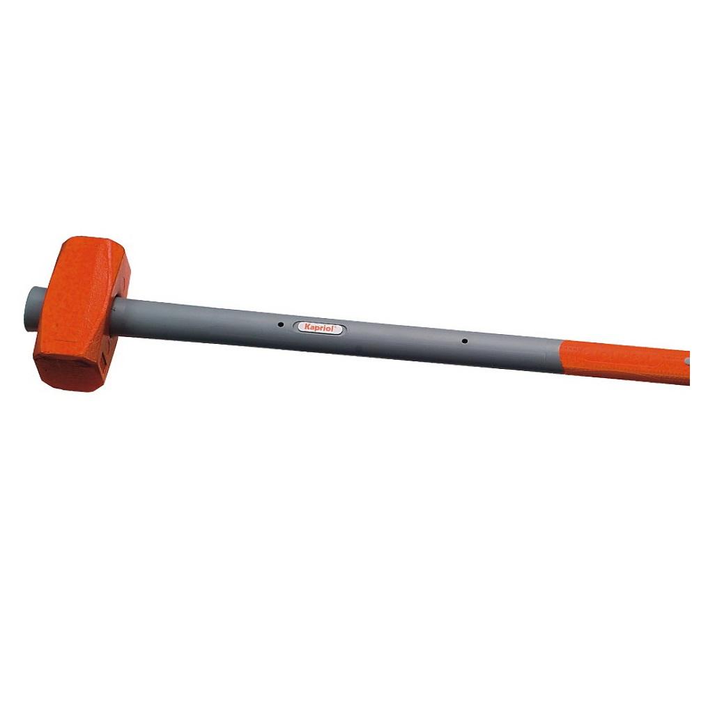 Кувалда Kapriol, фиберглассовая рукоятка, длина 90 см, 4 кг2706 (ПО)Кувалда Kapriol Sledge Hammer с длинной фиберглассовой рукояткой (90 см) предназначена для нанесения исключительно сильных ударов при обработке металла, на демонтаже и монтаже конструкций. Особенности кувалды:Материал головки кувалды - легированная сталь с присадками никеля, хрома и молибдена, что обеспечивает высокую прочность и вязкость;Термическая обработка головки повышает ударопрочность и увеличивает срок службы;Поверхностный слой головки закален, что обеспечивает высокую твердость молотка;Фиберглассовый корпус рукоятки обеспечивает инструменту максимальную надежность;Эргономичный прорезиненный чехол рукоятки выполняет функцию вибропоглощения;Рукоятка имеет форму соответствующую очертаниям руки, что повышает точность удара и снижает усталость при работе.