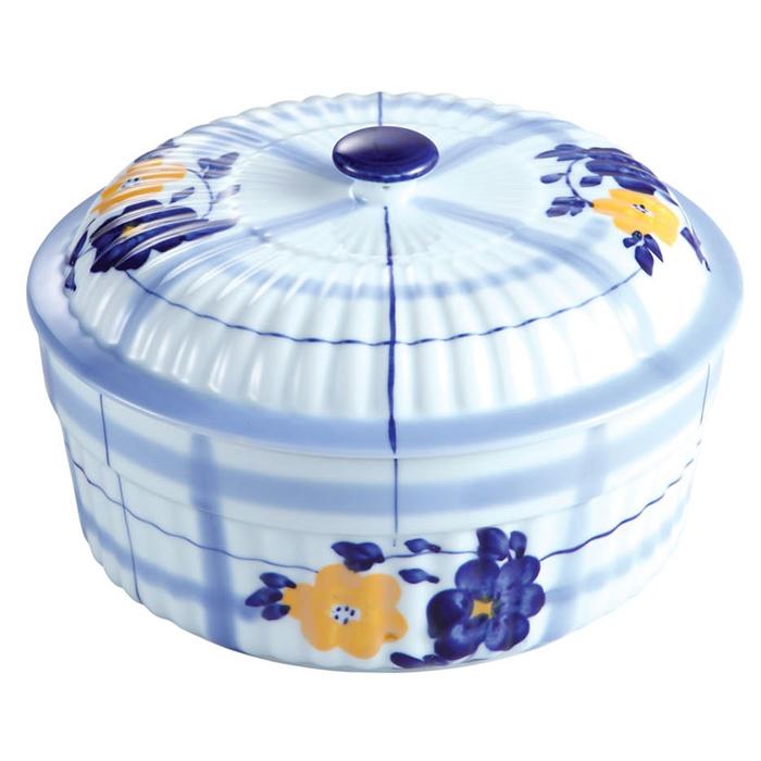 Кастрюля керамическая Bekker с крышкой, 1,8 лFS-91909Кастрюля Bekker изготовлена из жаропрочной керамики бело-голубого цвета и оформлена цветочным рисунком. Керамическая посуда обладает особыми преимуществами: она обеспечивает равномерное приготовление блюд по всему объему и долго сохраняет тепло. Приготовленная в такой посуде пища сохраняет все витамины и питательные вещества. К тому же блюда получаются вкуснее, так как в такой кастрюле можно не только пожарить или отварить продукт, но и потомить на медленном огне (например, плов). Кастрюля оснащена керамической крышкой. Кастрюля прекрасно подойдет для запекания и тушения овощей, мяса и других блюд, а оригинальный дизайн и яркое оформление украсят ваш стол.Можно использовать в духовом шкафу, микроволновой печи, а также для хранения продуктов в холодильнике. Пригодна для мойки в посудомоечной машине. Характеристики: Материал: керамика. Объем: 1,8 л. Внутренний диаметр кастрюли: 20,5 см. Высота стенки: 8,5 см. Толщина стенки: 0,5 см. Толщина дна: 0,5 см. Размер упаковки: 23 см х 11 см х 22,5 см. Артикул: BK-7312.