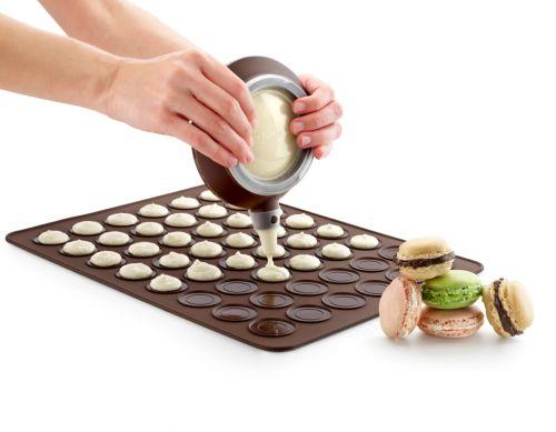 Набор Lekue для приготовления лакомства Макарун, 8 предметов68/5/4Набор Lekue, предназначенный для приготовления французского лакомства Макарун, состоит из коврика-трафарета, декоратора и 6 насадок. Коврик-трафарет выполнен из силикона и предназначен для выпекания маленьких пирожных-макарун. На одном листе расположено 48 круглых ячеек. Силиконовые формы выдерживают высокие и низкие температуры (от -60°С до +220°С). Они эластичны, износостойки, легко моются, не горят и не тлеют, не впитывают запахи, не оставляют пятен. Силикон абсолютно безвреден для здоровья. С помощью силиконового декоратора вы сможете начинить кремом и украсить пирожные. В комплект входит шесть 6 фигурных насадок. Предметы набора можно мыть в посудомоечной машине.Характеристики:Материал: силикон, пластик. Размер коврика-трафарета: 29,5 см х 39,5 см. Диаметр ячейки: 3,8 см. Размер декоратора: 16 см х 14 см х 7 см.