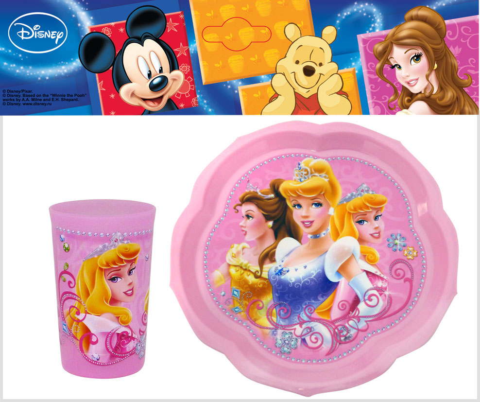 Набор детской посуды Принцессы, цвет: розовый, 2 предмета10255094_синийНабор детской посуды Принцессы состоит из фигурной тарелки и стакана. Посуда, выполненная из пищевого пластика розового цвета, оформлена изображениями принцесс, героинь диснеевских мультфильмов. Небьющаяся посуда, красивая, легкая и удобная в уходе, прекрасно выдерживает горячую пищу. Ваш малыш с удовольствием будет кушать вместе с любимыми героями. Характеристики:Размер тарелки: 22 см х 22 см х 1,5 см. Объем стакана: 300 мл. Высота стакана: 10,5 см.