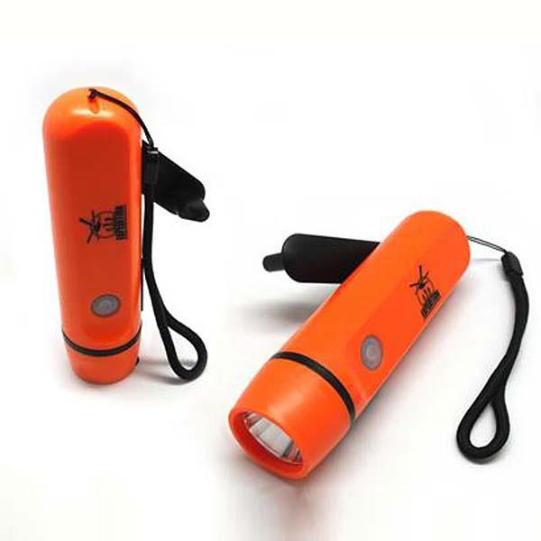 Динамо-фонарь с зарядкой для iPhone АйдаптерEDMC-01Как пользоваться высокотехнологичным гаджетом вдали от цивилизации и сохранять связь с миром даже в автономных экспедициях? Ответ прост: воспользоваться новым Айдаптером! Простое и портативное устройство, оно объединяет в себе современную мощную динамо-зарядку, подходящую в том числе для iPhone 5, и походный светодиодный фонарик. Для его подзарядки достаточно некоторое время вращать зарядную ручку: вращение в течение одной минуты дает заряд энергии на 30 минут. Девайс удобно лежит в руке, а уронить или потерять его мешает шнурок-петля. С ним можно чувствовать себя в полной безопасности!Входное напряжение USB: DC 5-7 VПотребляемый ток: максимум 800 мАВыходное напряжение USB: DC 5-5.2 VВыходной ток: максимум 500 мА