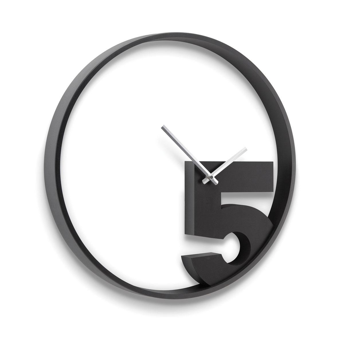 Часы настенные Take 5 черные300074_ежевикаЧасы только с одной цифрой 5, которую ждут все люди, у которых в это время заканчивается работа. Характеристики: Материал: полистерол.Размер: 52 х 3,2 х 4 см.Цвет: Черный.Артикул: 118998-040.