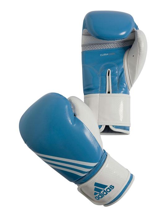 Перчатки боксерские Adidas Fitness, цвет: бело-голубой. adiBL05. Вес 8 унцийMCI54145_WhiteБоксерские перчатки Adidas Fitness изготовлены из искусственной кожи с отделкой внутренней области пальцев.Тренировочная модель. Гелиевая набивка. Фиксация манжеты с помощью эластичной застежки велкро. Система ClimaCool - микровентиляция, способствует полному удалению внутренней влаги.