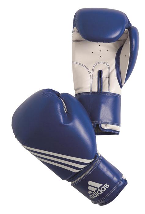 Перчатки боксерские Adidas Training, цвет: сине-белый. adiBT02. Вес 8 унцийBGT-2010сБоксерские перчатки Adidas Training изготовлены из мягкого полиуретана PU3G, который по своим качествам не уступает натуральной коже. Внутренний наполнитель из многослойной пены закрывает тыльную сторону и боковую часть ладони, обеспечивая надежную защиту рук боксера и позволяя безопасно тренироваться в полную силу. Предварительно изогнутый по технологии Intelligent Mould Technology крой перчатки позволяет боксеру держать кулак в правильном положении. Загнутый параллельно кулаку большой палец обеспечивает безопасность при нанесении ударов и защищает большой палец от вывихов и травм. Внутренняя подкладка и вентиляционные отверстия на ладони создают максимальный уровень комфорта для рук, поддерживая оптимальный микроклимат внутри перчаток. Широкий ремень, охватывая запястье, полностью оборачивается вокруг манжеты, благодаря чему создается дополнительная защита лучезапястного сустава от травмирования. Застежка на липучке способствует быстрому и удобному одеванию перчаток, плотно фиксирует перчатки на руке.