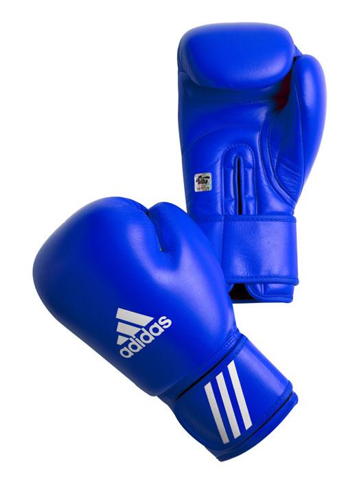 Перчатки боксерские Adidas Aiba, цвет: синий. AIBAG1. Вес 10 унцийУТ-00009447_красные груша и перчаткиБоксерские перчатки Adidas AIBA разработаны и спроектирован для обеспечения максимальной защиты. Перчатки сертифицированы Международной ассоциацией бокса (AIBA). Оболочка перчаток изготовлена из натуральной кожи, что увеличивает срок эксплуатации. Внутреннее наполнение из пены, изготовленной по технологии Air Cushion, обеспечивает отличную амортизацию ударных нагрузок. Фиксация манжеты с помощью эластичной застежки велкро.