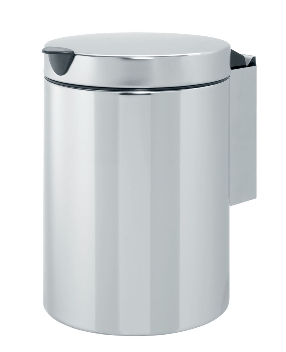 Мусорный бак Brabantia, настенный, цвет: серебристый, 3 лCLP446Компактный мусорный бак Brabantia изготовлен из коррозионностойкой стали. Идеально подходит для ванной комнаты и туалета. Крышка плотно прилегает к баку, надежно удерживая запах внутри. Съемное внутреннее ведро из пластика легко моется. Быстро и просто крепится к стене, при необходимости легко вынимается из кронштейна. Крепежные материалы и мусорные мешки входят в комплект.