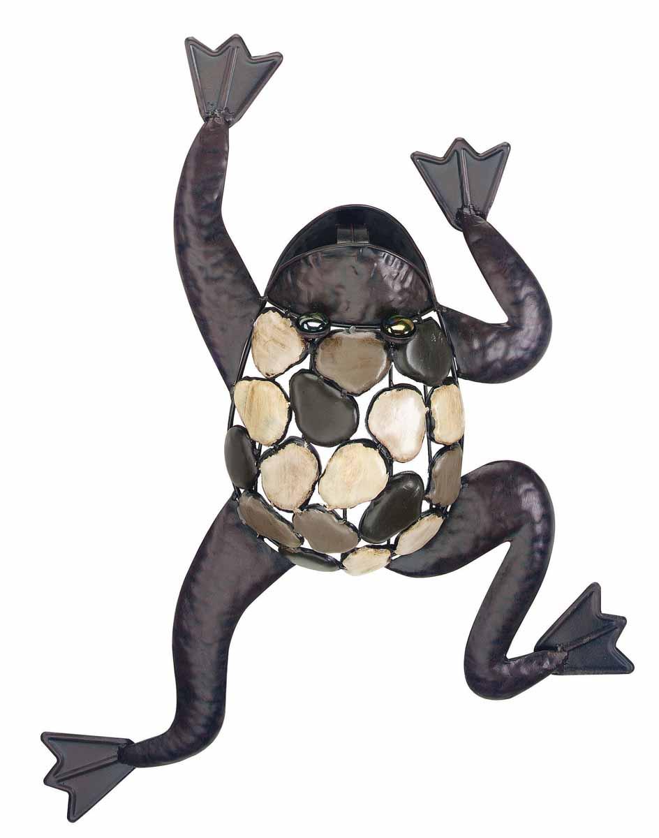Декор настенный Gardman Лягушка, 39 см х 53 см. 17337Z-0307Настенный декор Gardman Лягушка изготовлен из металла коричневого цвета. Изделие выполнено в виде карабкающейся лягушки, спинка которой украшена перфорацией с эффектом гальки. Такая лягушка прекрасно подойдет для украшения дома или сада. С задней стороны расположено отверстие для подвешивания на стену.Характеристики: Материал: металл. Цвет: коричневый. Размер: 39 см х 53 см.