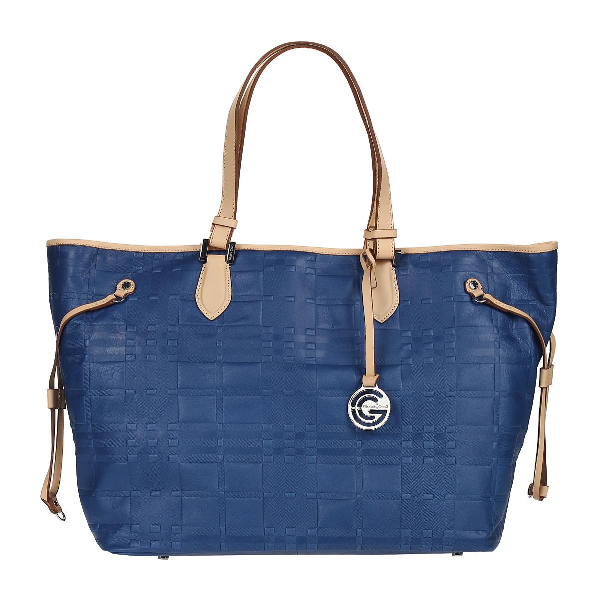 Сумка женская Gianni Conti, цвет: синий, бежевый. 1636896E blue sand23008Стильная женская сумка Gianni Conti выполнена из натуральной кожи синего и бежевого цвета с оригинальным тиснением. Сумка имеет одно отделение, закрывающееся на застежку карабин. Внутри расположен вшитый карман на молнии, два кармашка для мелочей и один кармашек для пишущих принадлежностей. На дне сумки расположены ножки для лучшей устойчивости. Сумка оснащена удобными ручками и украшена подвеской с символикой бренда. Фурнитура - серебристого цвета. В комплекте имеется чехол для хранения.Сумка - это стильный аксессуар, который подчеркнет вашу индивидуальность и сделает ваш образ завершенным. Характеристики:Материал: натуральная кожа, металл. Цвет: синий, бежевый. Размер сумки: 55 см х 33 см х 19 см. Высота ручек: 26 см.