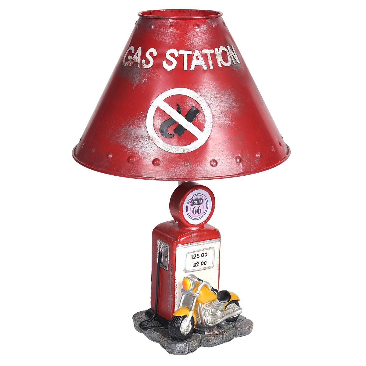 Светильник настольный Заправочная станция. 29340LSL-8201-01Настольный светильник, изготовленный из полирезины, выполнен в виде мотоцикла у заправки и оформлен металлическим абажуром красного цвета. Такой светильник прекрасно подойдет для украшения интерьера и создания атмосферы тепла и уюта. Внутри светильника расположена лампа накаливания. Светильник работает от электросети и включается при помощи кнопки на шнуре. Характеристики: Материал: полистоун, металл, пластик. Высота светильника: 39 см. Диаметр абажура: 26 см. Размер основания светильника: 12,5 см х 11 см. Мощность лампы: 40 Вт. Цоколь: Е27. Напряжение: 220 В, частота 50 Гц. Длина шнура: 150 см.