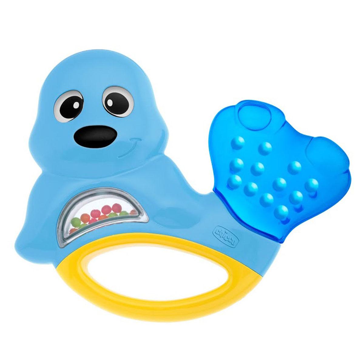 """Яркая развивающая игрушка-погремушка Chicco """"Морской котик"""" привлечет внимание вашего малыша и не позволит ему скучать. Она выполнена из безопасного пластика в виде забавного морского котика. Внутри игрушки под прозрачным окошком находятся маленькие разноцветные шарики, которые перекатываются и гремят при тряске. Хвостик, наполненный охлаждающей жидкостью, послужит малышу в качестве прорезывателя, который поможет снять неприятные ощущения при появлении зубов. В нижней части игрушки находится удобная ручка, за которую малыш сможет ее держать. Форма игрушки удобна для маленьких детских ручек. Ребенок сможет ее держать, трясти и перекладывать из одной ручки в другую. Игрушка-погремушка Chicco """"Морской котик"""" поможет ребенку в развитии цветового и звукового восприятия, мелкой моторики рук, координации движений и тактильных ощущений. Рекомендуемый возраст: от 3 месяцев."""