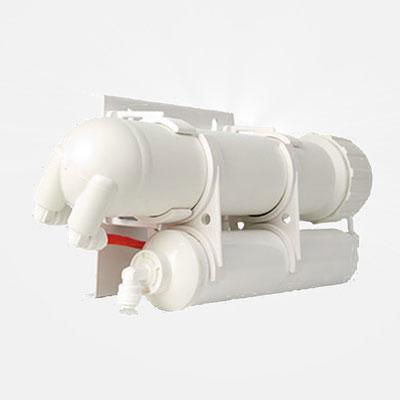 Обратно осмотическая система Гейзер Престиж 2 с двухсистемным фильтромBL505Первая система очистки воды обратного осмоса доступная всем! Специально разработанный компанией Гейзер блок предочистки полностью заменяет применяемую в обычных обратноосмотических бытовых фильтрах для воды трехступенчатую системы предфильтрации. Высокопроизводительная мембрана Vontron позволяет работать системе Гейзер Престиж 2 без накопительного бака (накопительный бак не может быть подключен!).Преимущества:Стоимость фильтра в три раза дешевле обычных систем обратного осмоса и сравнима со стоимостью трехступенчатого картриджного фильтра.Размер фильтра в 5 раз меньше классических систем обратного осмоса, что позволяет установить его на любой, даже смой крохотной кухне.Престиж 2 может использоваться на любой водопроводной воде. При этом необходимо минимальное давление в магистрали всего 1.5 атм.Увеличенный срок службы блока предочистки за счет самоочищения смеси фильтрующих компонентов.Увеличенный срок службы мембраны (до 3 лет) за счет дополнительного особо прочного покрытия.Минимальные затраты на эксплуатацию – только два сменных элемента: мембрана и блок предочистки.Гарантия очистки воды от химических примесей, бактерий и вирусов.Установка фильтра предельно проста и не требует специальных знаний.Эффективность очистки:Тяжелые металл (свинец, ртуть. стронций, серебро и др.): 99%;Кальций: 99%;Магний: 99%;Алюминий: 99%;Хлориды: 99%;Сульфаты: 99%;Бактерии и вирусы: 99%. Состав:Блок предворительной очистки:Предварительная очистка воды в системе Гейзер Престиж 2 выполняется многокомпонентной фильтрующей загрузкой комбинированного действия.Ресурс блока 6000 л. исходной воды (рекомендуемая замена один раз в полгода).Обратноосматическая мембрана:Основная очистка воды в системе Гейзер Престиж 2 осуществляется обратноосмотической мембраной Vontron, созданной по американской технологии и имеющей особый дополнительный защитный слой, значительно продлевающий срок службы.Пористость мембраны 0.0001 мкм. Ра