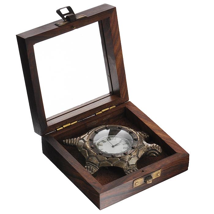Часы сувенирные Черепаха, цвет: бронзовый. 3582594961Часы Черепаха с кварцевым механизмом работают плавно и бесшумно и требуют лишь примерно раз в год замены батарейки. На циферблате имеются часовая, минутная и секундная стрелки. Выполненные из металлического сплава в виде черепахи, они, несомненно, будут привлекать к себе внимание. Часы упакованы в деревянный футляр с окошком на крышке, что позволяет просматривать время, не вынимая. Такие часы легко впишутся в любой интерьер и станут великолепным подарком! Характеристики: Материал: металл (латунь), стекло, дерево.Общий размер часов (ДхШхВ): 9,5 см х 6,5 см х 1,5 см.Диаметр циферблата: 3,5 см.Размер футляра: 10 см х 10 см х 4 см.