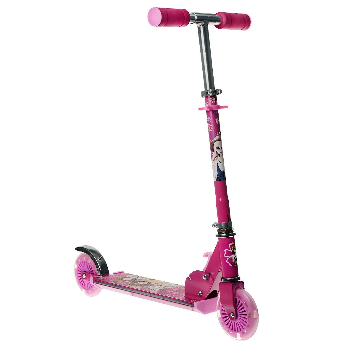 Двухколесный самокат Charming Sports предназначен для девочек. Мягкие ручки, расположенные на руле, помогут ребенку управлять самокатом. Простая в использовании система торможения с помощью заднего колеса (достаточно наступить на педаль тормоза, расположенную над задним колесом). Дека и колеса светятся. Рулевая стойка – регулируется до 82 см.