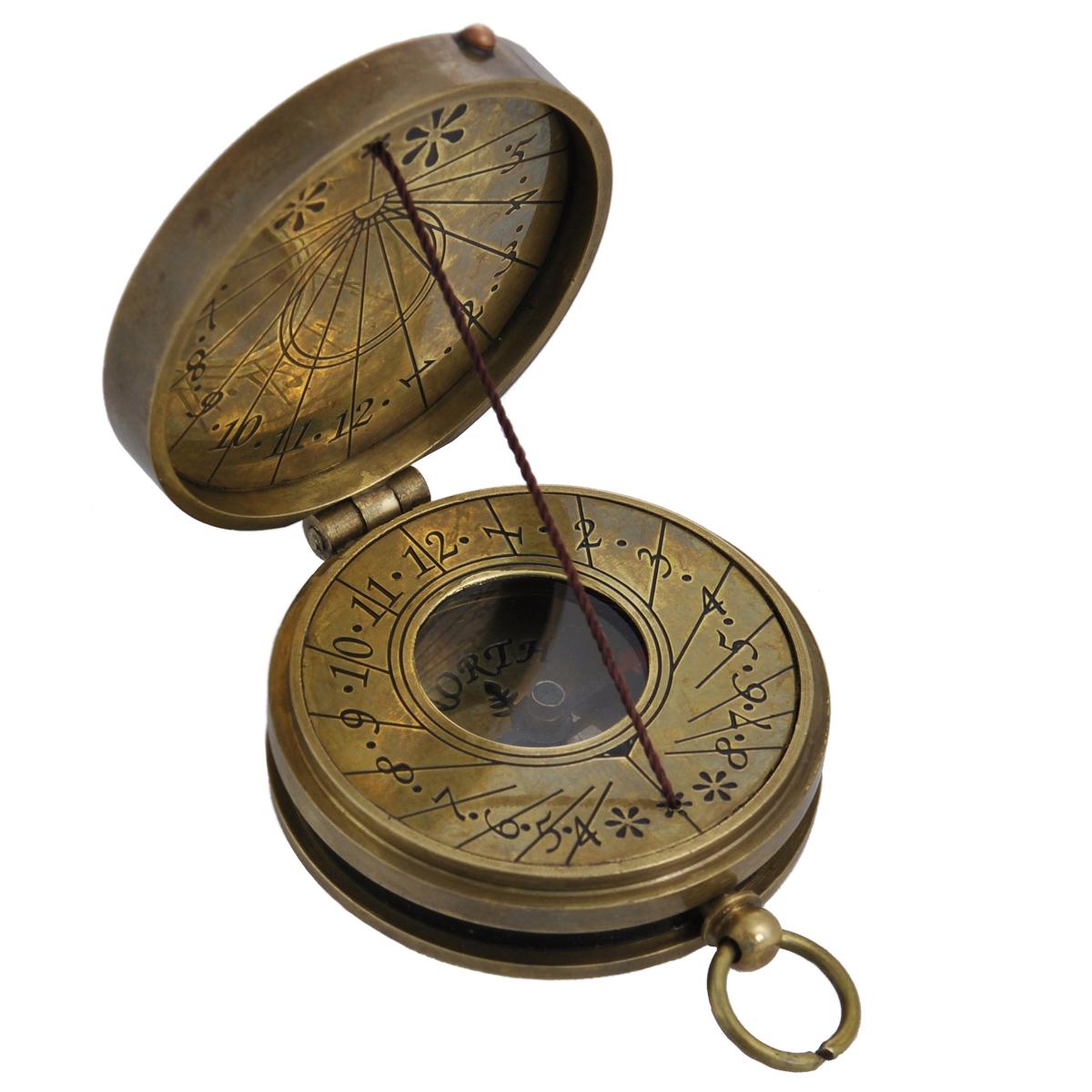 Сувенир настольный Солнечные часы и компас. 35811Брелок для ключейНастольный сувенир, выполнен в виде старинных солнечных часов с внутренним магнитным компасом. Корпус выполнен из латуни и украшен надписью «Coronation Of Elezabeth Ii June - 1953» на крышке. Циферблат компаса имеет обозначение севера: North. Циферблат солнечных часов оформлен арабскими цифрами, также арабскими цифрами оформлена внутренняя сторона крышки. Такой сувенир станет прекрасным подарком человеку, любящему красивые, но в тоже время практичные вещи, способные украсить интерьер офиса или дома.Характеристики: Материал: металл (латунь), стекло.Размер корпуса (ДхШхВ): 5,5 см х 4,5 см х 1,5 см.Диаметр циферблата компаса: 1,9 см.