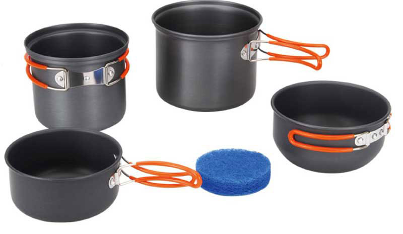 Набор походной посуды Fire-Maple, цвет: металлик, оранжевый, 5 предметовAS009Набор походной посуды Fire-Maple - очень легкий и компактный набор портативной посуды, сделанной из анодированного алюминия, жаропрочного и устойчивого к износу, который легко мыть. Рассчитан набор на 2-3 человека.В набор входят: два котелка с мисками, которые при необходимости можно использовать как крышки и губка. В большой котелок можно убрать маленький, а в последний, в свою очередь, сменный газовый картридж и горелку. Все элементы, которых вы касаетесь при приготовлении, оснащены термоизолирующим покрытием, очень приятным на ощупь при эксплуатации. Набор поставляется с сетчатым нейлоновым мешочком для транспортировки и хранения. Объемы котелков: 1,3 л; 0,9 л. Размеры большого котелка: 13,5 см х 11,2 см. Размеры маленького котелка: 12,5 см х 10,2 см. Объемы мисок: 0,7 л; 0,5 л. Размеры большой миски: 12,7 см х 6,5 см. Размеры маленькой миски: 12 см х 6 см.