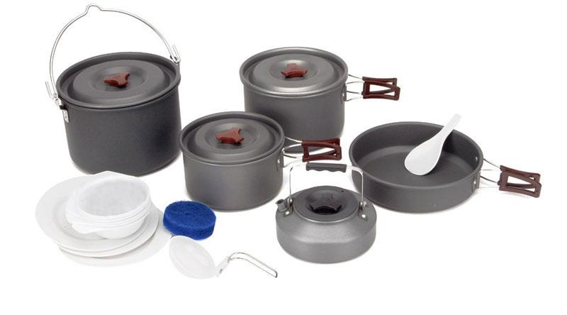 Набор походной посуды Fire-Maple, цвет: металлик, 18 предметов. FMC-21210-01228-008Набор походной посуды Fire-Maple - очень легкий и компактный набор портативной посуды, сделанной из анодированного алюминия, жаропрочного и устойчивого к износу, который легко мыть. Рассчитан набор на 6-7 человек.Все элементы, которых вы касаетесь при приготовлении, оснащены термоизолирующим покрытием, очень приятным на ощупь при эксплуатации. В набор входят: - 3 котелка, - сковорода, - чайник,- складной половник, - лопатка, - 3 тарелки, - 6 мисок, - губка для мытья посуды, - ситечко для чая. Набор поставляется с сетчатым нейлоновым мешочком для транспортировки и хранения. Объемы котелков: 4,2 л; 3 л; 1,8 л. Размер большого котелка: 21,3 см х 14 см. Размер среднего котелка: 19,5 см х 12 см. Размер маленького котелка: 17 см х 10 см. Объем сковороды: 1,5 л. Размер сковороды: 21,8 см х 5,5 см. Объем чайника: 0,8 л. Размер чайника: 15,3 см х 6,7 см.