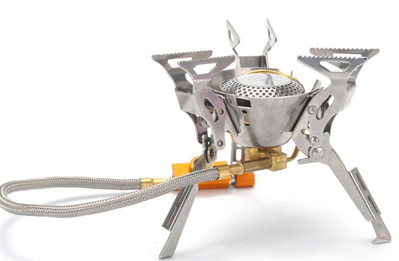 Газовая горелка Fire-Maple, cо шлангом и системой ППТ. FMS-100FMS-100Fire-Maple FMS-100 - портативная газовая горелка, конструкция которой позволяет максимальноиспользовать площадь горения и гарантирует наиболее эффективный расход топлива и равномерную силу огня.Производство модели начинается с 2009 года и по сей день захватывает своим дизайном в стиле Трансформеры.Три парных складных опорных ножки из нержавеющей стали дополнительно усилены, что обеспечиваетустойчивость горелки на любой поверхности. Вся конструкция обеспечивает высокую прочность модели.Двухканальная система предварительного нагрева и встроенный ветровой экран обеспечивают достаточносильное пламя. Гибкий шланг позволяет при необходимости перевернуть газовый баллон, чтобы использоватьтопливо полностью, а при необходимости удалить сменный картридж на требуемое расстояние от горелки.Газовая портативная горелка FMS-100 снабжена ниппелем, особой системой предотвращения потери топлива прикаждом подсоединении и отсоединении сменного картриджа. Это позволяет в разы снизить расход жизненнонеобходимого топлива в путешествии.Эта модель отлично подходит для использования с резьбовыми сменными картриджами любых типов. Возможноподсоединение к цанговому баллону при помощи адаптера FMS-701.1 литр воды закипает за 3 минуты 20 секунд. При условиях: (ГОСТ 2939-63) Атмосферное давление 760 мм рт. ст.,температура воздуха 20 °С, влажность 0%, температура воды 20 °С.Расход топлива при использовании фирменных сменных картриджей Fire-Maple серии FMS-G составляет: Сменныйкартридж FMS-G3 110 г ~38 минут, сменный картридж FMS-G2 230 г ~80 минут и сменный картридж FMS-G5 450 г ~155минут.Для горелки FMS-100 подходят баллоны FMS-G2 и FMS-G5.