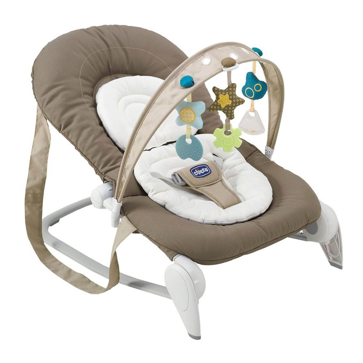 """Кресло-качалка Chicco (Чико) """"Hoopla"""" - это легкое и удобное кресло-качалка для детей с рождения до 9 кг (6 месяцев). Разборный каркас кресла выполнен из легкой, но прочной стали. Мягкое широкое сиденье, обивка которого изготовлена из нетоксичной ткани, обеспечивает ребенку оптимальный комфорт. Имеется съемная моющаяся подкладка. Ребенок фиксируется в кресле при помощи мягкого трехточечного ремня безопасности. Кресло снабжено съемной подвеской с тремя забавными игрушками, оснащенной эксклюзивной инновационной системой Slide Line, позволяющей перемещать игрушки вдоль арки, что несомненно понравится малышу. Кресло имеет два режима: зафиксированный и качающийся. Спинка сиденья откидывается в различные положения, позволяя выбрать подходящее. Подголовник с модульной подушечкой регулируется под рост малыша. Игрушки привлекут внимание малыша и помогут развить зрительное, звуковое и тактильное восприятия и мелкую моторику рук ребенка. В сложенном виде кресло компактно для..."""